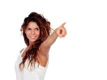 Естественная девушка при вьющиеся волосы показывая что-то стоковое изображение rf