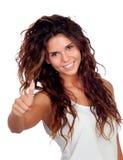 Естественная девушка с вьющиеся волосы говоря о'кеы стоковое фото rf