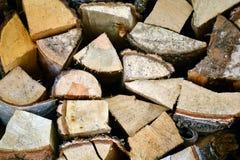 Естественная деревянная предпосылка, крупный план прерванного швырка Швырок штабелированный и подготовленный для кучи зимы деревя Стоковые Изображения