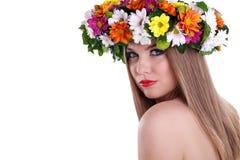 Естественная женщина красотки с цветками венка стоковые фото