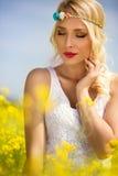 Естественная женщина красоты наслаждаясь на солнечный день стоковая фотография rf
