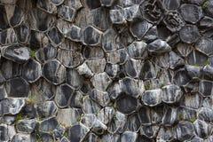 Естественная картина шестиугольных каменных образований внутри Стоковое Изображение