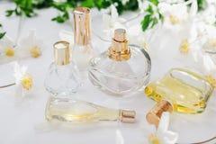Естественная концепция дух Бутылки дух с белыми цветками Флористическое благоухание Стоковая Фотография