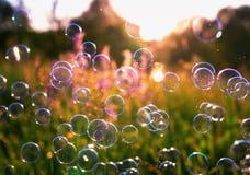 Естественная красивая предпосылка с яркими клокоча пузырями мыла f Стоковая Фотография