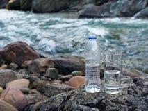 Естественная минеральная вода в стекле от бутылки стоковая фотография