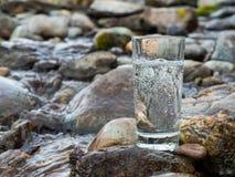 Естественная минеральная вода в стекле стоковое фото