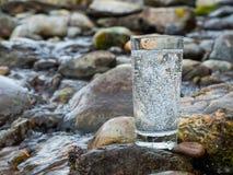 Естественная минеральная вода в стекле стоковая фотография