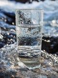 Естественная минеральная вода в стекле стоковые фото