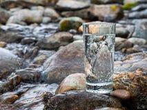 Естественная минеральная вода в стекле стоковые изображения rf