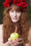 Естественная молодая женщина держа зеленое яблоко стоковые изображения
