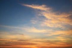 Естественная мягкая картина облаков и голубое небо на вечере (винтажная предпосылка) Стоковое Изображение