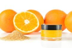 Естественная оранжевая губа сахара scrub на белизне. стоковое фото