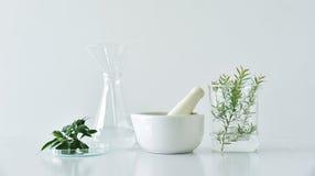 Естественная органическая ботаника и научное стеклоизделие, альтернативная медицина травы, естественные продукты красоты заботы к стоковые фото