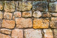 Естественная предпосылка - большая грубая каменная стена стоковые изображения