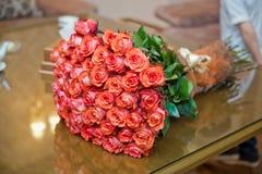 Естественная предпосылка красных роз Граница букета красных роз Стоковое Изображение RF