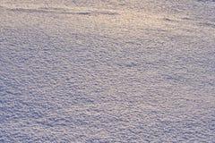 Естественная предпосылка - поверхность льда снега загоренная лучами солнца вечера Лучи ` s солнца отскакивая с поблескивая выкрик Стоковое фото RF
