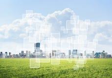 Естественная предпосылка с современным полем зеленого цвета городского пейзажа и средства массовой информации взаимодействуют Стоковые Фотографии RF
