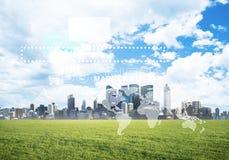 Естественная предпосылка с современным полем зеленого цвета городского пейзажа и средства массовой информации взаимодействуют Стоковые Изображения RF