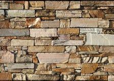 Естественная предпосылка текстуры каменной стены Эти облицовывают кирпичи выстраивают в ряд в цвете от белого и розового к коричн Стоковая Фотография