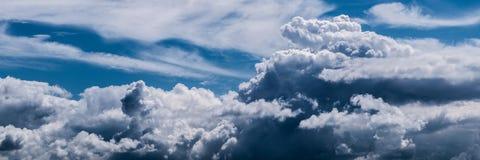 Естественная предпосылка cloudscape на голубом небе Стоковое Фото