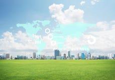 Естественная предпосылка с современным полем зеленого цвета городского пейзажа и средства массовой информации взаимодействуют Стоковая Фотография