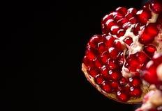 Естественная, свежая вениса для десертов и напитки на черной предпосылке Красное гранатовое дерево сломало вниз в части Стоковое Изображение
