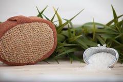 Естественная соль для принятия ванны, органические продукты на предпосылке листьев Стоковые Фотографии RF
