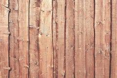 Естественная стена тимберса амбара цвета сделанная от грубых, который перекрыли доск Стоковые Изображения RF