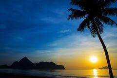 Естественная сцена на пляже Ao Manow во времени восхода солнца Стоковая Фотография