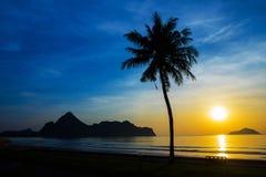 Естественная сцена на пляже Ao Manow во времени восхода солнца Стоковое фото RF