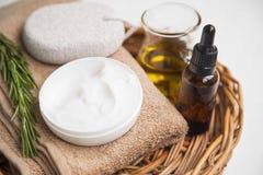 Естественная сливк кожи с травой и эфирным маслом розмаринового масла, органическими стоковое фото rf