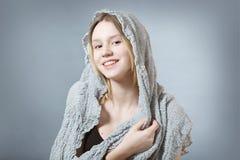 Естественная усмехаясь девушка в сером цвете Стоковое Изображение