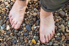 Естественная физиотерапия для плоских ног Женские ноги на поверхности Стоковое Изображение