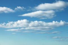 Естественная яркая голубая предпосылка облачного неба Стоковые Изображения RF