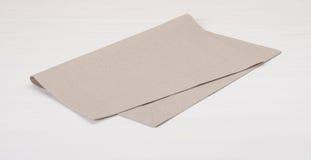 Естественная Linen салфетка на покрашенной белизне деревянной Стоковые Фото