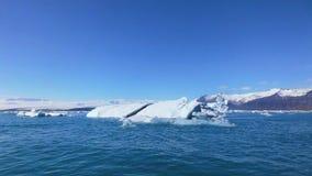 Естественное голубое озеро и Mountain View с плавать голубой айсберг стоковые фотографии rf