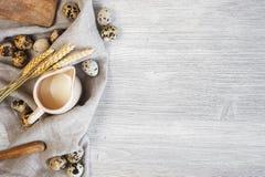Естественное деревянное backgroun с jag молока, яичек триперсток и пшеницы Стоковые Фотографии RF