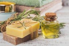 Естественное косметическое масло и естественное handmade мыло с розмариновым маслом дальше стоковая фотография rf