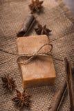 Естественное мыло с высушенными цветками на деревянной предпосылке Стоковые Фотографии RF