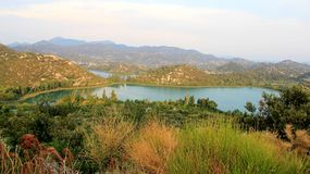Естественное озеро в долине жизни Стоковые Изображения