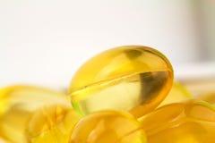 Естественное дополнение еды, желтые капсулы витамина e пилюлек геля, изображение макроса Стоковые Фотографии RF
