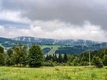 Естественное пасмурное ladscape, луг и лес туманной горы Стоковые Фотографии RF