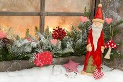 Естественное украшение рождества с Санта Клаусом в деревянном окне стоковые изображения