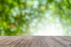 Естественное Bokeh и светлая предпосылка с деревянным столом в парке Стоковая Фотография RF
