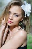 Естественно красивая молодая белокурая женщина в природе стоковые изображения rf