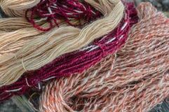 Естественно покрасил пряжу шерстей - Tan, мадженту, ржавчину стоковое фото