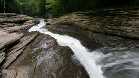 Естественные водные горки на петле Ohiopyle Пенсильвании сток-видео