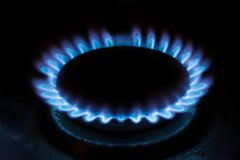 Естественные газосжигательные пламена a голубые на черной предпосылке, пропане горят на плитае газа стоковое изображение rf