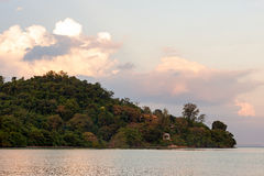 Естественные гора и море лесов в вечере Стоковая Фотография