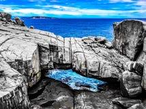 Естественные горные породы вдоль береговой линии Стоковая Фотография